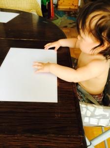 Papel blanco adherido a la mesa.